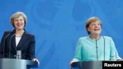 Ұлыбритания премьер-министрі Тереза Мэй (сол жақта) Германия канцлері Ангела Меркельмен баспасөз конференциясында. Берлин, 20 шілде 2016 жыл.