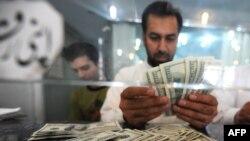 Исламабаддык сарап АКШ долларын саноодо.