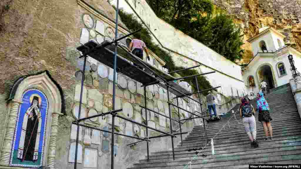 Каменная лестница, которая ведет к церкви. Здесь проводят ремонтные работы