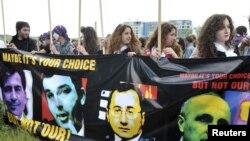 Вместе с ним к посольству пришли около 400 активистов «Грузинской партии»
