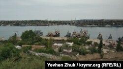 Вид на Севастопольскую бухту и зерновой терминал «Авлита»