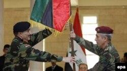 ژنرال باباکر زیباری (سمت راست) در حال تحویل گرفتن مسئولیت امنیتی بغداد از نیروهای ائتلاف