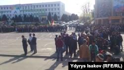 Полиция и молодежь на площади в Оше.