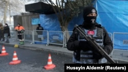 Një polic turk qëndron afër hyrjes në lokalin Reina në Stamboll