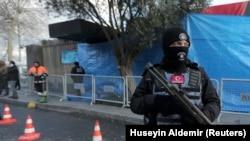 Төркиянең полиция хезмәткәре. Архивтагы фото