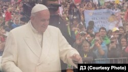 """Папа Францішак у Вільні, 22 верасьня 2018. Надпіс на расьцяжцы справа - """"Беларусь чакае папу"""""""