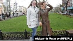 Татьяна Рубан у памятника Канту