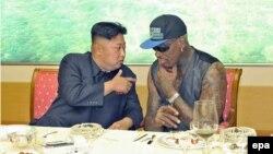 Кім Джон Ин і Денніс Родман у Пхеньяні, фото з їхньої попередньої зустрічі 7 вересня 2013 року