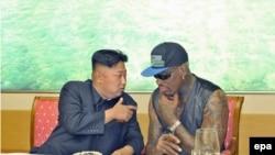 Dennis Rodman (djathtas) gjatë takimit me liderin verikorean Kim Jong Un, në shtator të vitit 2013 në Phenian