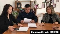 Полиция қызметкері Шалқардағы №6 сектептің директоры Әлия Оспановадан (оң жақта) оқушы өліміне күдікті оқушы туралы мінездеме алып отыр. Шалқар, 28 қаңтар 2019 жыл.