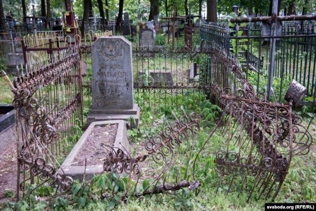 Занядбаная магіла на Вайсковых могілках