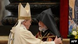 Ermenileriň ruhany lideri Aram I (s) we Papa Fransis (ç), Watikan, 12-nji aprel, 2015.