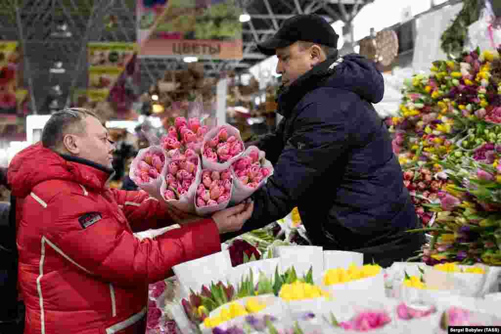 مردی در حال خریدن گل لاله در مسکو در آستانه روز زن؛ گلی که در روسیه و برخی از کشورهای شرق اروپا، بهعنوان نشانه فرارسیدن بهار، یکی از نمادهای روز زن، شناخته میشد.