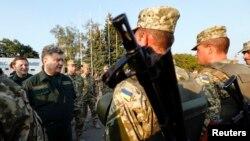 Ուկրաինայի նախագահ Պետրո Պորոշենկոն զրուցում է քաղաքը պաշտպանող զինվորների հետ, Մարիուպոլ, 8 սեպտեմբերի, 2014թ.