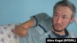 Асхат Жаркенов, бездомный житель города Семей, ставший инвалидом, в больнице. 24 марта 2011 года.