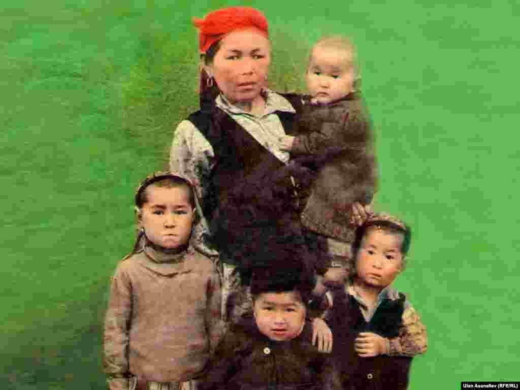 """Лидер депутатской фракции """"Ата-Журт"""" Жылдызкан Джолдошева в детстве. Она у матери на руках. Возраст: 8-9 месяцев."""