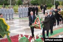 Татарстан президенты Төркмәнстанның мөстәкыйльлек монументына чәчәк бәйләме сала
