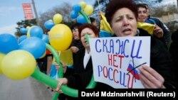 На заклик Меджлісу кримськотатарського народу, в п'ятницю відбулися масові акції у вигляді «живих ланцюгів» по всього Криму на знак протесту проти «референдуму» і за єдність України