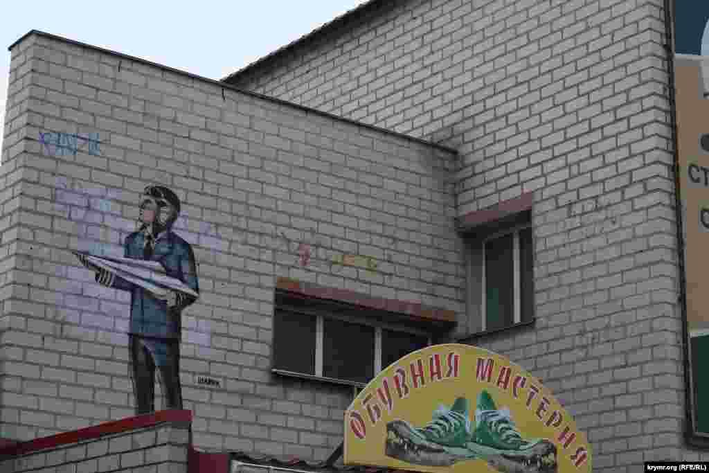 Кримська влада свого часу не раз намагалася впритул зайнятися вуличними художниками, використовуючи «метод батога і пряника», з метою прибрати з міських вулиць хуліганів-«графітчиків»