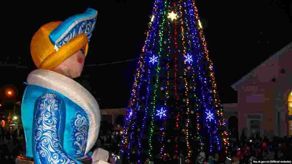 Снегурочка и праздничная елка в Феодосии