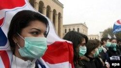 Рейтинг Саакашвили, несмотря на закрытие СМИ и разгон оппозиции, растет