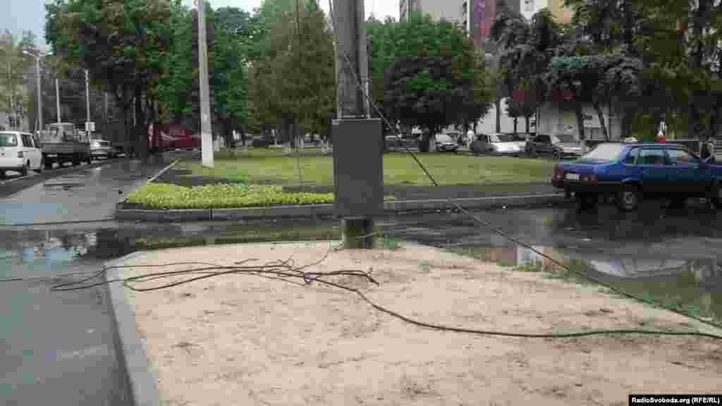 На тротуарі лежать електричні дроти (фото О. Овчинникова)
