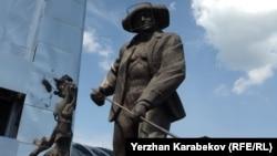 Тұңғыш президенттің тарихи-мәдени орталығы алдында тұрған металлург ескерткіші. Теміртау, 5 маусым 2015 жыл.