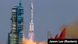 """Қытайдың Шэньчжоу"""" ғарыш кемесінің ғарышқа ұшырылу сәті (Көрнекі сурет)."""