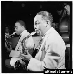 Джонни Ходжес (на переднем плане) и Эл Сирс, Аквариум, Нью-Йорк. Ходжес играет на Conn 6M альт-саксофоне