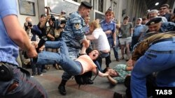 Russian police detaining protesters in Moscow in July 2009.