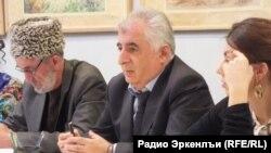 Магомедрасул Гитинов (в центре, архивное фото)