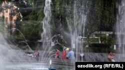 В Узбекистане в аномальную жару спасением и оазисами прохлады стали городские фонтаны.