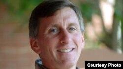 پل کُمور، مدیر بخش آموزش انرژی در موسسه انرژی پایدار و تجدیدپذیر و استاد دانشگاه کلرادو در بولدِر در رشته برنامه مطالعات محیط زیست