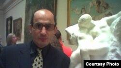 У скульптуры Огюста Родена «Поцелуй». Музей «Метрополитен», 21 ноября 2013.