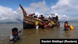 Припадници на муслиманското малцинството Рохини бегаат во Бангладеш.