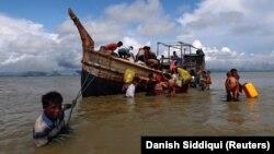 Бенгал кысыгы аркылуу коңшу Бангладешке качып келген Мьянмадагы рохинжа мусулмандары.