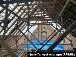 Тимчасово накрили місце обвалу даху