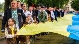 Відзначення Дня Державного Прапора України в Ужгороді. На передньому плані голова Закарпатської ОДА Геннадій Москаль. Учасники святкування несуть 100-метровий синьо-жовтий стяг, 23 серпня 2017 року