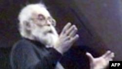 Радован Караҷич солҳои ахир риши сафеди дароз монда, худро Драган Дабич муаррифӣ менамуд