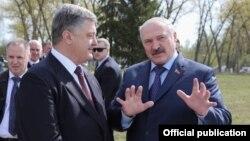 Пятро Парашэнка (зьлева) і Аляксандар Лукашэнка