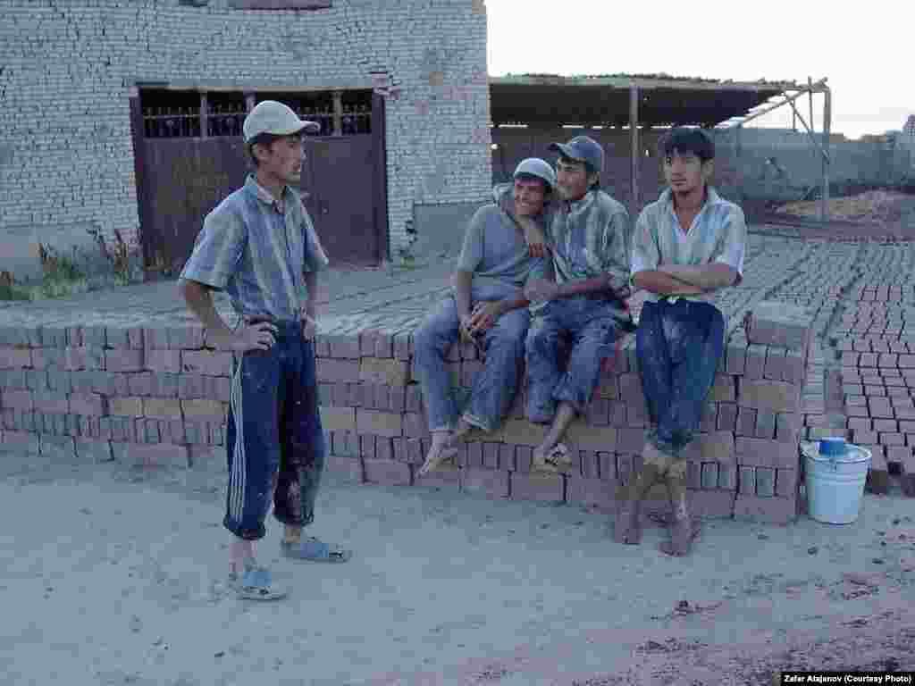 Производством кирпичей в основном занимаются молодые мужчины и подростки