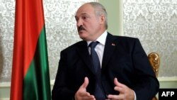 Belarus -- President Alyaksandr Lukashenka speaks with his Russian counterpart during their meeting in Minsk, 31May2012