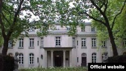 "Вилла в Ванзее [Фото — <a href=""http://www.scrapbookpages.com/EasternGermany/Wannsee/ "" target=""_blank"">Wansee Museum</a>]"