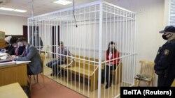 Žurnalist Katsýaryna Barysewiç (sagda) we lukman Artsyom Sarokin, 2021-nji ýylyň 19-njy fewralynda Minskde geçirilen sud diňlenişiginde.