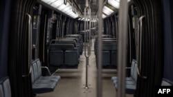 Пусто вагон в метро во Франции, где с 30 октября действует общенациональный локдаун.