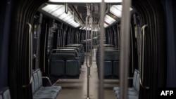 Пустой вагон в метро во Франции, где с 30 октября действует общенациональный локдаун.