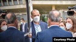 Српскиот министер за здравство Златибор Лончар се обрати пред медиумите откако доби донација од шест возила за брза помош од САД.