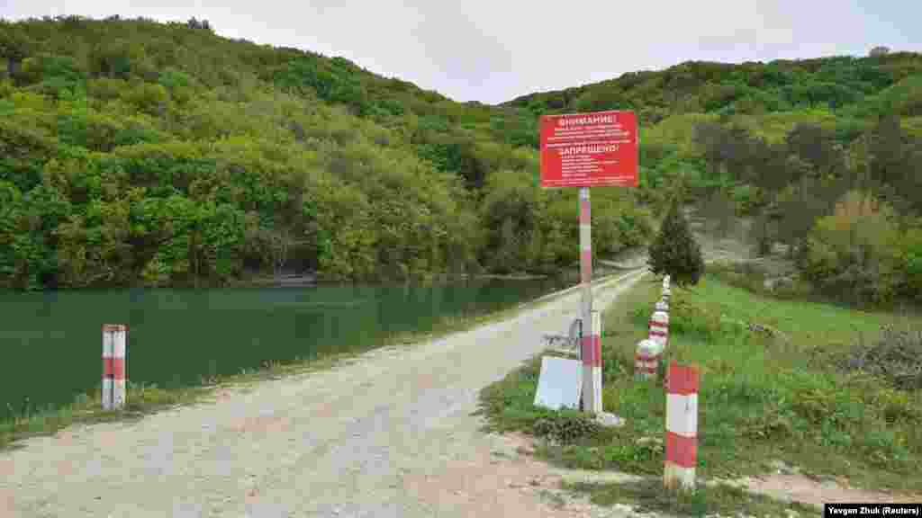 Пруд построили в советское время, перегородив дамбой речку Ай-Тодорку