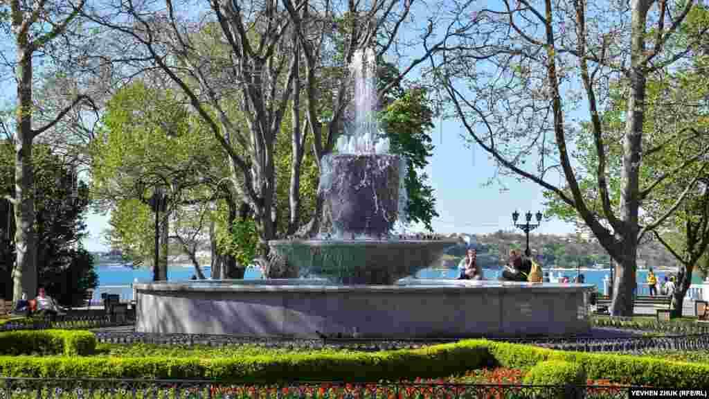 В начале мая в городе включили фонтаны. Этот – на Приморском бульваре