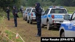 Lengyel rendőrök a Belarusszal közös határnál, Usnarz Gorny település közelében 2021. augusztus 30-án